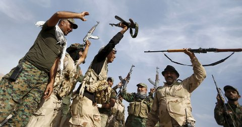 IRAKISKE soldater roper slagord i al-Fatha, nordøst for Baiji, 18. oktober 2015.