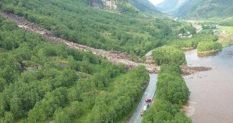 DEKKER VEIEN: Det har gått et større gjørmeskred på fylkesvei 45 i Øvstabødalen i Rogaland. Ingen personer skal være tatt av raset.