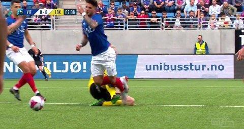 TAKLET: Vålerengas Aron Dønnum ble klippet ned av Lillestrøms Tobias Salquist tidlig i kampen.
