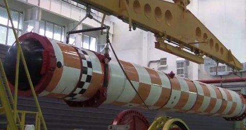 Bildet, som er hentet fra en video offentliggjort av Russlands forsvarsdepartement, viser angivelig en russisk Poseidon-torpedo som er helt i testfasen. Videoen ble offentliggjort i fjor vinter og ble omtalt av russiske statsstyrte medier.