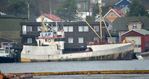 I FORFALL: Båten som ligger til kai i Knarrdalstrand hadde i sin tid en sentral rolle i Nokas-ranet.