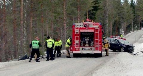Alvorlig frontkollisjon i Telemark. Redningspersonell på stedet. Foto: Frode Stian Andersen/ Radio P5