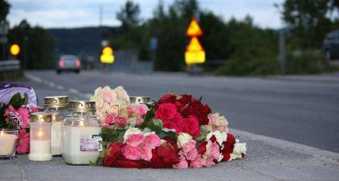 DØDE PÅ FREDAG: Kvinnen som var involvert i en frontkollisjon på Eidanger i mai, omkom fredag på sykehus. Avbildet er minnesmerket som nå ligger på en bussholdeplass i krysset der ulykken fant sted.