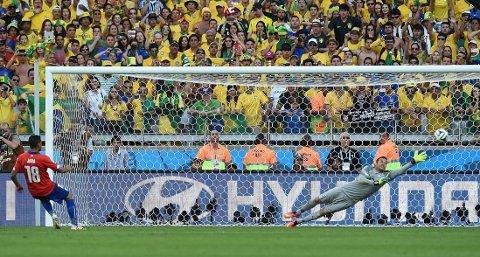 MANGE MENINGER: Gonzalo Jaras avgjørende straffebom mot Brasil førte til et skred av Twitter-meldinger.