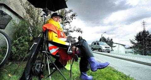 SOMMERJOBB: Ansatt av veivesenet kvalitetssikrer Erika Krone sykkelregistreringspunkter i region sør i sommer.