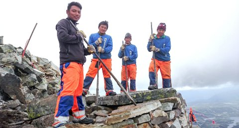 SHERPA-KARER: Nima Nuru Sherpa, Dorjee Sherpa, Bhala Kaji Rai og Pruna Bahadu Magar er fire av de mange sherpaene som har arbeidet med steinprosjekter i Telemark. Det er snekkermester og fjellbonde Geirr Vetti som formidler alle sherpajobbene.