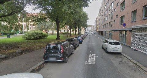 Det var her i Heimdalsgata i Oslo at mannen gikk både verbalt og fysisk til angrep på en drosjesjåfør. Det har hatt fått svi for.