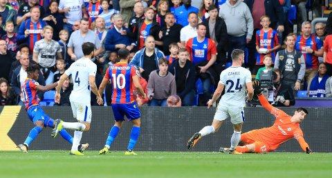 DOBBELT OPP: Crystal Palace og Wilfried Zaha (til venstre) fant endelig veien til mål mot Chelsea. Det ble til og med to fulltreffere mot fjorårets suverene ligamester.