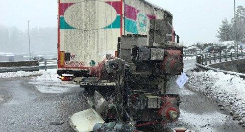 MISTET LAST: En utenlandsk lastebil mistet last på flere tonn midt i rundkjøringen på Heistad i Porsgrunn.