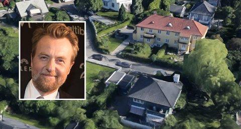 FARVEL TIL NRK: TV 2 har lagt inn bud og vunnet kampen om kontrakt med Fredrik Skavlan og hans talkshow. Dermed forsvinner han fra skjermen på NRK. Skavlan kjøpte seg nylig halvparten av denne gule tomannsboligen til høyre på bildet i Apalveien til over 21 millioner kroner.