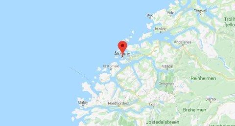 Personen skal ha falt i vannet ved Ålesund.