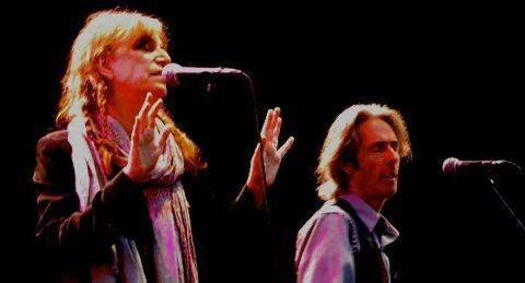 Patti Smith hadde publikum i sin hule hånd under konserten i Frognerbadet. Gitarist Lenny Kaye er også høyst til stede.