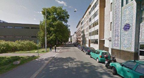 SYKKELVEI: Parkeringsplassene forsvinner til fordel for sykkelvei. Oslo politidistrikt er bekymret for at ansatte ikke får tilgjengelige parkeringsplasser, og at det kan gå utover politiets responstid.