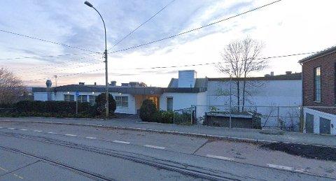STOPPEMULIGHET?: Her utenfor hovedinngangen til 33 seniorboliger i Grefsenveien i Oslo skal det bygges nye, opphøyde sykkelfelt. Ifølge planene vil det derfor bli forbudt med av- og påstigning i veien, og det har skapt reaksjoner. Nå ber bydelsutvalget kommunen finne en bedre løsning for de eldre beboerne.