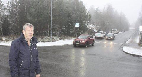 PARKERINGSFORSLAG: Høyres lokalpolitiker Arild Andersson ønsker at den skogkledde åsen mellom Gamle Bygdevei og T-banen planeres ut til en ny «Park and ride» for Mortensrud. Foto: Aina Moberg