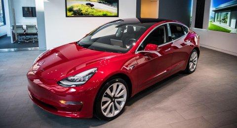 RASER PÅ SALGSTOPPEN: Tesla Model 3 var landets suverent mest solgte bil i 2019. I januar 2020 er det andre biler som dominerer salgstoppen.