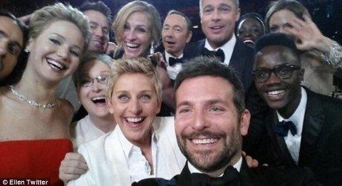 EN REKKE STJERNER kastet seg inn på Ellens selfie, noe som gjorde at talkshowverten satte rekord i antall retweets i løpet av en time.