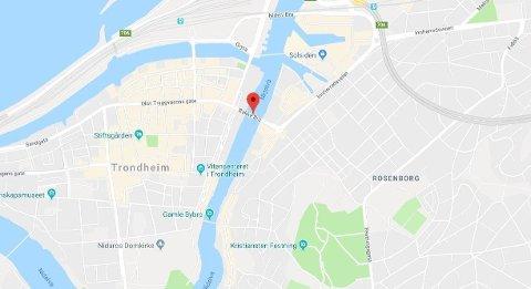 Søndag morgen ble en mann funnet omkommet i kanalen nedenfor Bakke Bru i Trondheim.