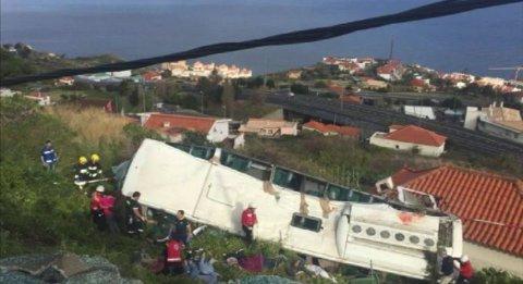 Bussen landet på taket til et hus under skråningen.