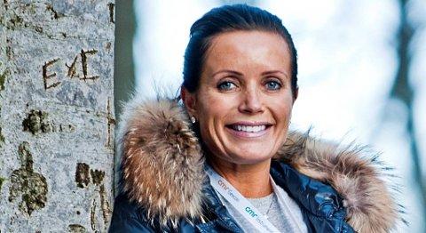Louise Mohn roser sin far etter salget. Her fotografert i 2010.