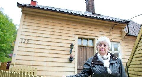 Berit Walde (75) har forhandlet med og kjempet mot Jernbaneverket i over to år for å få lov til å beholde huset sitt i Kalfarveien når det skal demonteres og flyttes til en tomt 20 meter unna for å gi plass til dobbeltsporet gjennom Ulriken. Nå skal hun kastes ut av huset sitt.