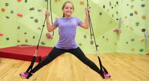 PÅ TRENING: Malin Smith-Strøm (11) trener ved Turbo Barnas Fysioterapisenter tre ganger i uken for å trene seg opp etter en stor hofteoperasjon. Det kjekkeste med treningen er å få klatre i klatreveggen.