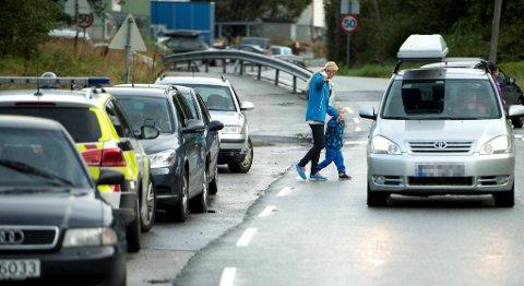 Trafikken ved Ulsmåg skole er tett før skolestart. Mangel på av- og påstigningsplasser gjør at foreldre setter bilene fra seg på utsatte steder før de haster med barna over den trafikkerte veien.
