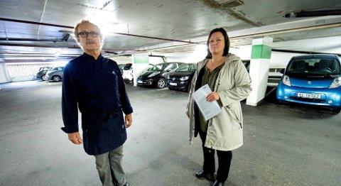 FRUSTRERTE: Svein Johansen og Anita Amundsen er næringsdrivende på Danmarks plass. De fortviler over at kundene forsvinner fordi el-bilene stjeler parkeringsplassene.