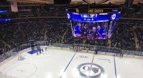 MATS ZUCCARELLO fikk utmerkelsen under en seremoni før matchen mot Pittsburgh Penguins natt til mandag.