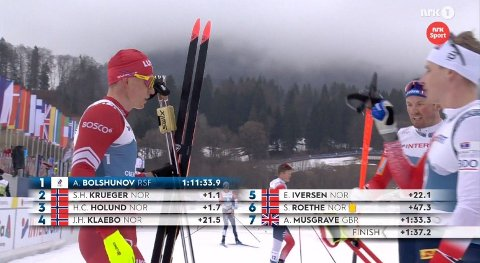 KNUSTE NORDMENNENE: Aleksandr Bolsjunov ser én etter én nordmann krysse mållinjen bak ham. Her går sølvvinner Simen Hegstad Krüger bort til russeren.