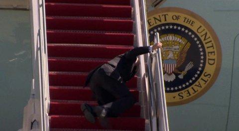 Bilder og video av president Joe Biden som snubler og faller i flytrappa går nå verden rundt. Se video nede i saken.