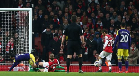 SELVMÅL. Mathieu Flamini setter ballen i eget mål rett før slutt mot Swansea.