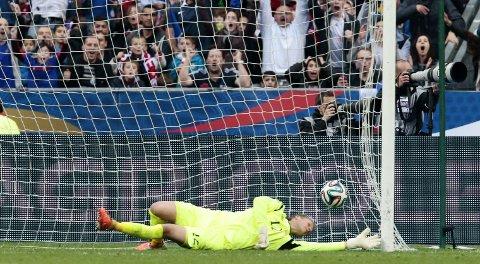 BANENS BESTE: Ørjan Nyland slapp inn fire mål, men var likevel Norges beste.
