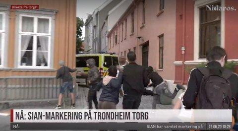 STEIN: Demonstranter påførte en politibil store skader i Trondheim mandag.