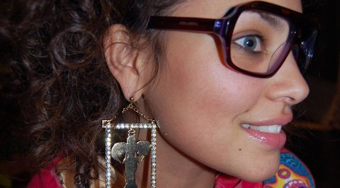 BLING: Mira Craig er klar med en egendesignet tilbehørskolleksjon. Her viser hun fram store øredobber og solbriller med Mira Mira-logo på.