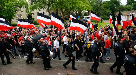 NYNAZISTER: Nynazister marsjerte i Dortmund i Tyskland lørdag.