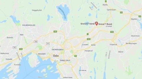 GRORUD: En 15 år gammel gutt har fått benet sitt fastklemt mellom perrongen og t-banen på Grorud i Oslo.