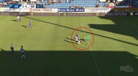 HANDS: Her tar Sandefjord-keeper Eirik Holmen Johansen ballen med hendene klart på utsiden av 16-meteren, men dommer Trygve Kjensli lot spillet gå.