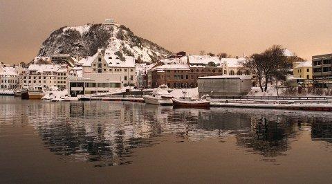 Her kan vi se «vinteren» i Ålesund fra Brosundet med byfjellet Aksla i bakgrunnen.