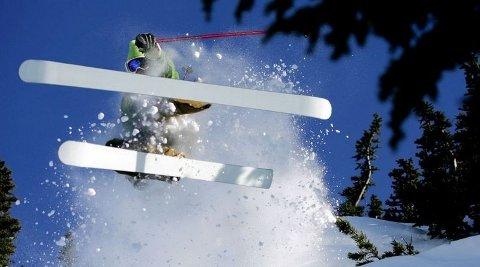 PUDDERALARM: OL-klare Whistler er mest kjent for sine muligheter til å kjøre ski i fersk puddersnø. På bildet er Christian Ratcliffe på vei ned «Grey Zone» etter å ha vandret opp «The Chimney». (FOTO: Jeff Boyce)