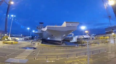 PÅ VANNET: HMS Queen Elizabeth forlater tørrdokken.