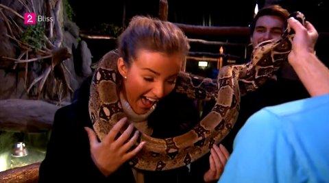 SLANGE RUNDT HALSEN: Eirin ville gjerne prøve å ha slangen rundt halsen, men ble litt usikker da hun først var i gang.
