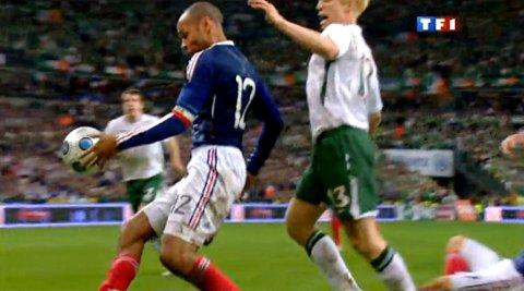 HER BRUKER Thierry Henry hånden for å styre ballen før hans innlegg til William Gallas ordnet et vinnermål for Frankrike, som dermed gikk til VM-sluttspillet i 2010 på bekostning av Irland.