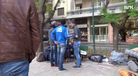 Menneskesmugleren «Jamil» tar kontakt med tre unge menn i Athen for å selge dem pass og reisepapirer.