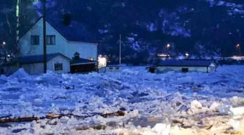 Vannmasser skaper problemer i Nordland. Beiarelva har flommet over av is. I dette huset måtte beboerne evakuere. Ismassene har krøpet opp langs veggene.