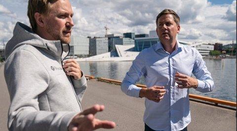 HVOR ER HAN NÅ? Hurtigrute-sjef Daniel Skjeldam (th) på kaia i Oslo i begynnelsen av korona-dramaet, sammen med sin kommunikasjonssjef Rune Thomas Ege.