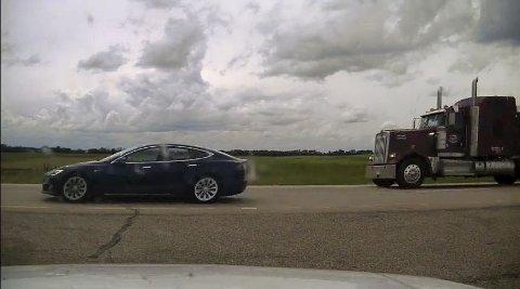 Den var denne bilen, en 2019-modell Tesla Model S, som ble stanset av politiet i 150 kilometer i timen i nærheten av den canadiske byen Ponoka. Sjåføren sov tilsynelatende mens bilen kjørte langt over fartsgrensen.