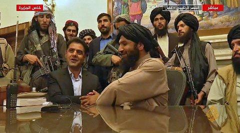 Taliban-medlemmer avbildet i det afghanske presidentpalasset mandag.