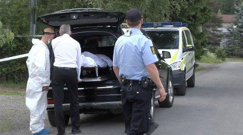 Ektemannen ble pågrepet 19. juni 2013 etter funnet av en død kvinne på Jessheim. 55-åringen står tiltalt for overlagt drap. Han skal visstnok ha angrepet kona med øks mens hun sov. Her blir den døde kvinnen hentet av begravelsesbyrået.