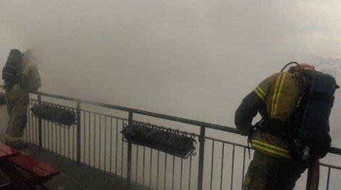 Dette bildet er tatt på hostellet like ved huset som brant. Bildet er tatt rett før klokken seks tirsdag morgen, og det var da fortsatt kraftig røykutvikling på stedet.